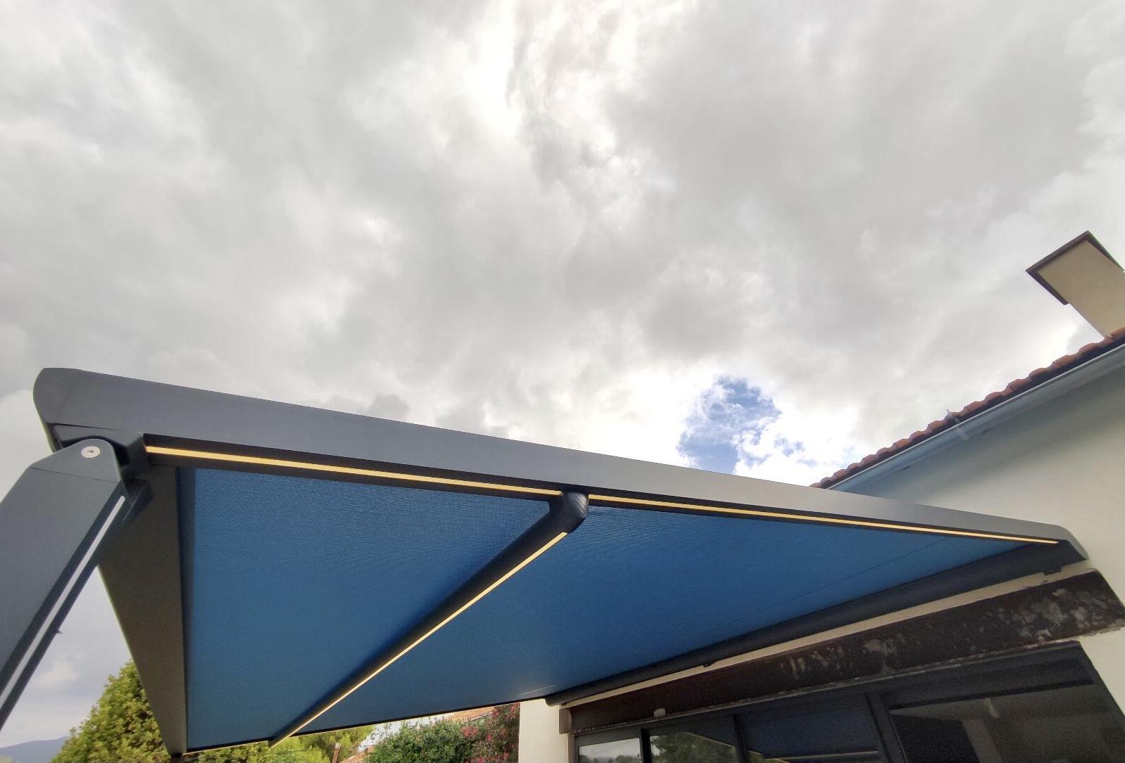 Pergola adossée Line plus design anthracite toile soltis 96 éclairage led intégré dans les coulisses et la traverse dans le 13eme arrondissement