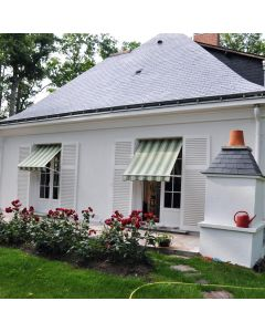 deux store verticaux sur une facade de maison